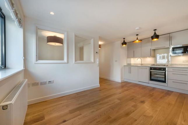1 bed flat to rent in Madeira Road, West Byfleet KT14