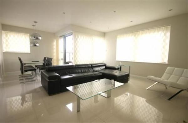 2 bed flat to rent in Warren House, Beckford Close, London