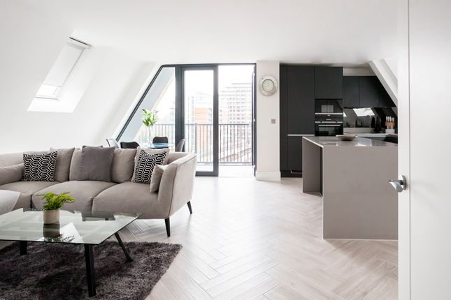 Thumbnail Duplex to rent in Battersea Park Road, London