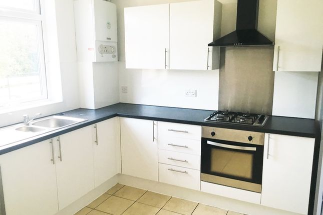 3 bed flat to rent in High Street, Banstead