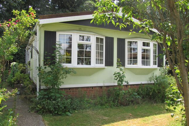 Thumbnail Mobile/park home for sale in Newlands Park (Ref 5948), Abbotts Langley, Hertfordshire