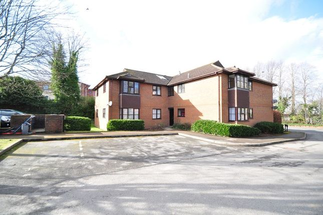 2 bed flat to rent in Lawrence Dale Court, Basingstoke