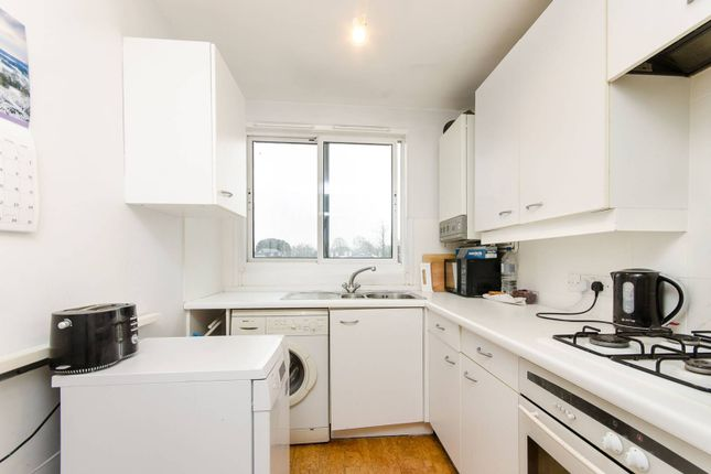 2 bed flat to rent in Warwick Drive, Putney