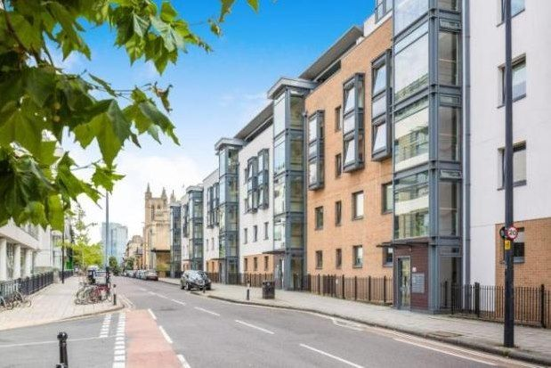 2 bed flat to rent in Deanery Road, Bristol BS1