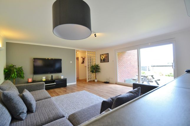 2 bed flat to rent in The Ridgeway, Enfield