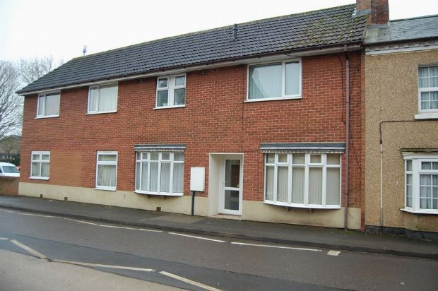 2 bed flat to rent in High Street, Long Buckby, Northants
