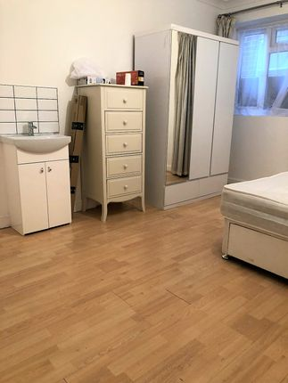 Thumbnail Room to rent in Great West Road, Isleworth / Osterley