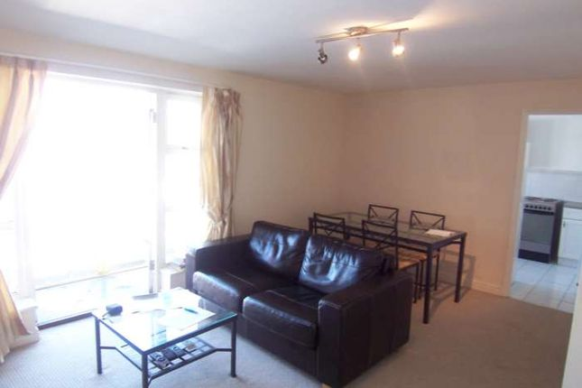 Flat in  Dunnage Crescent  Plough Way S Greater London