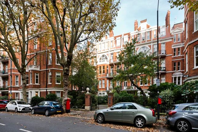 Flat for sale in Fitzgeorge Avenue, London