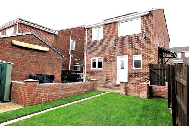 Dilston close peterlee sr8 3 bedroom detached house for for Garden rooms dilston