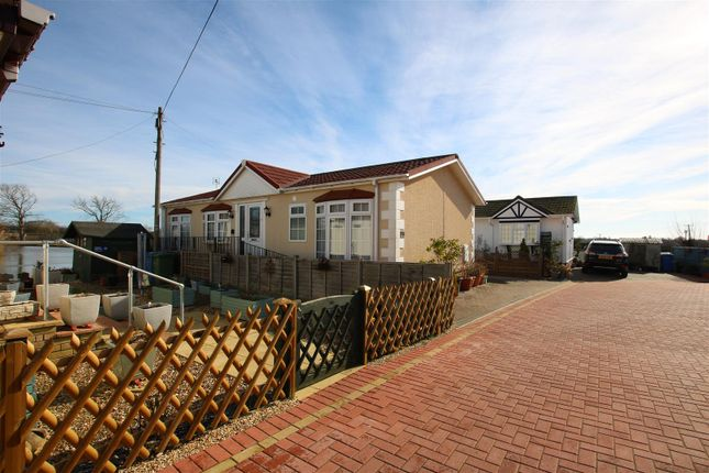 2 bed mobile/park home for sale in Lake View, Crouch Lane, Winkfield SL4