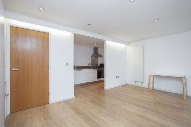 2 bed flat to rent in Bacon Street, London