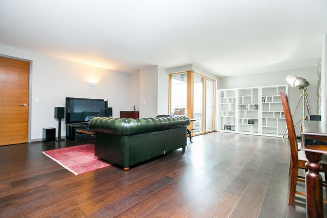 2 bed flat to rent in Poole Street, London