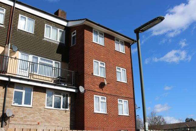 Thumbnail Flat for sale in Middlesex Court, Addlestone