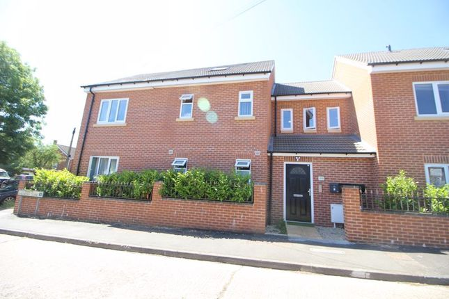 2 bed flat to rent in Brindley Avenue, High Wycombe HP13
