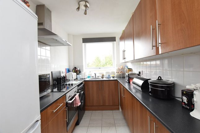 2 bed flat to rent in Paul Court, London Road, Romford, Essex RM7