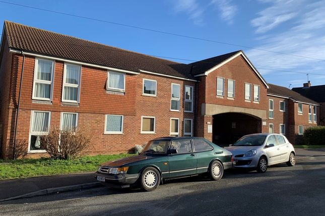 Thumbnail Flat for sale in Hythe Park Road, Egham