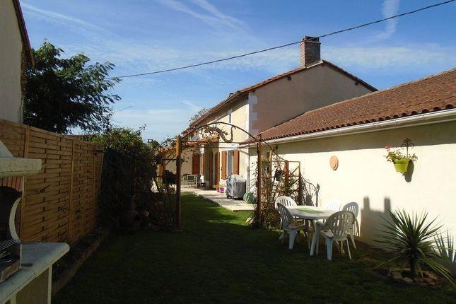 Civray poitou charentes 86400 france 3 bedroom for Garage ad civray