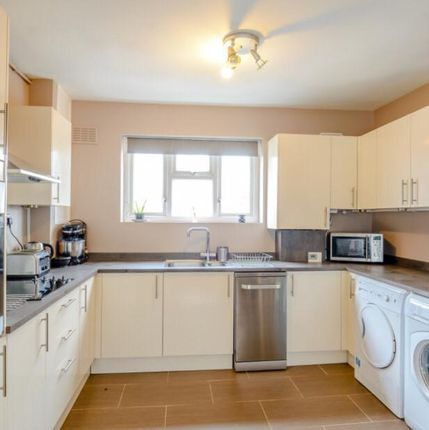 Thumbnail Flat to rent in Scales Road, London