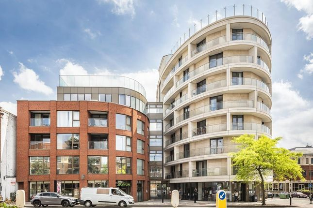 Thumbnail Flat to rent in Gateway House, Regents Park Road