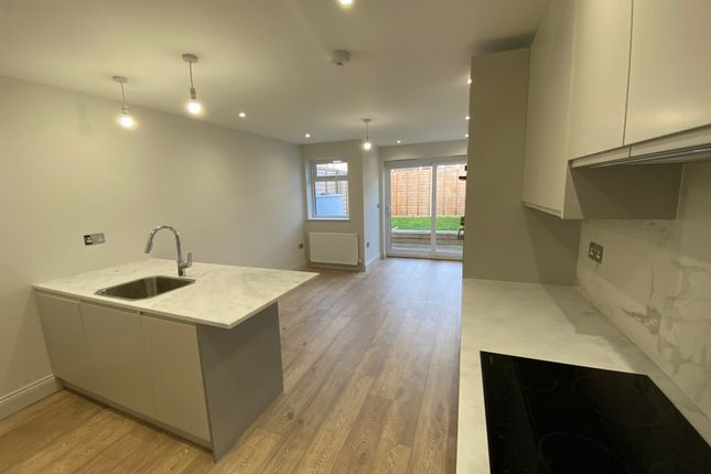Thumbnail Town house to rent in Bath Road, London