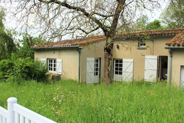 Poitou charentes vienne l 39 isle jourdain 1 bedroom for Garage ford l isle jourdain
