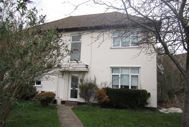 2 bed flat to rent in Brendon Way, Westcliff-On-Sea SS0