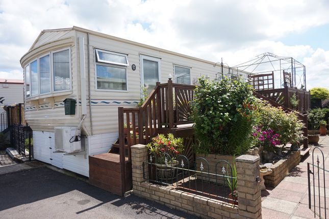 Thumbnail Mobile/park home for sale in Hampstead Lane, Yalding, Maidstone