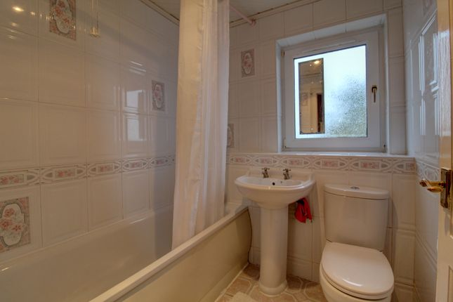Bathroom of Kinghorne Walk, Dundee DD3