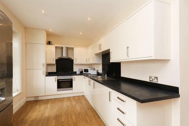 Thumbnail Flat to rent in Broomgrove Crescent, Sheffield