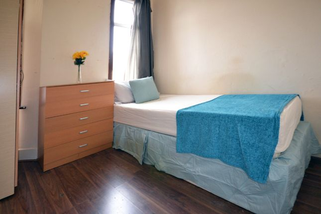 Thumbnail Shared accommodation to rent in Studley Road, London